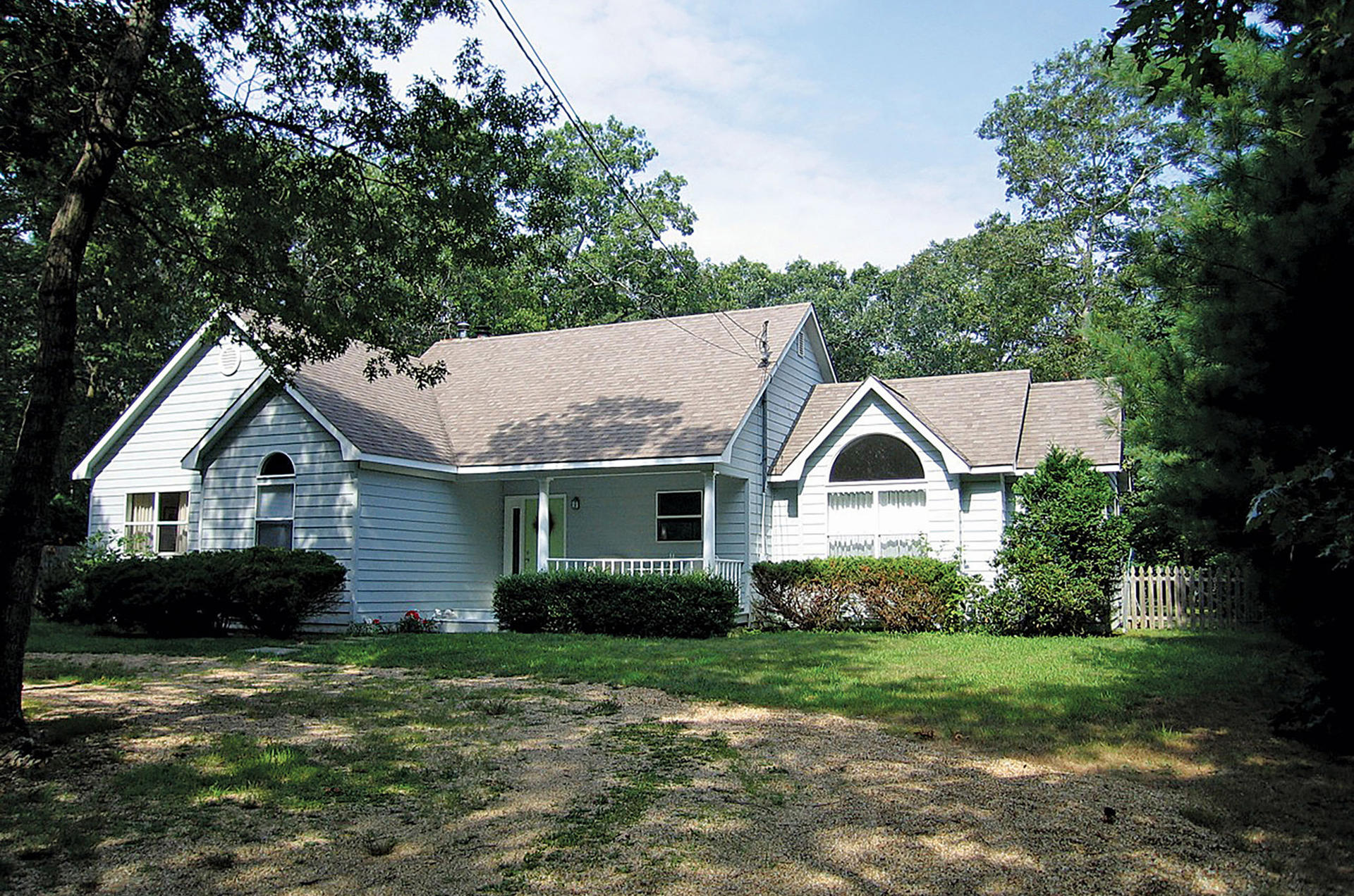 Additional photo for property listing at Bright Post Modern  East Hampton, New York