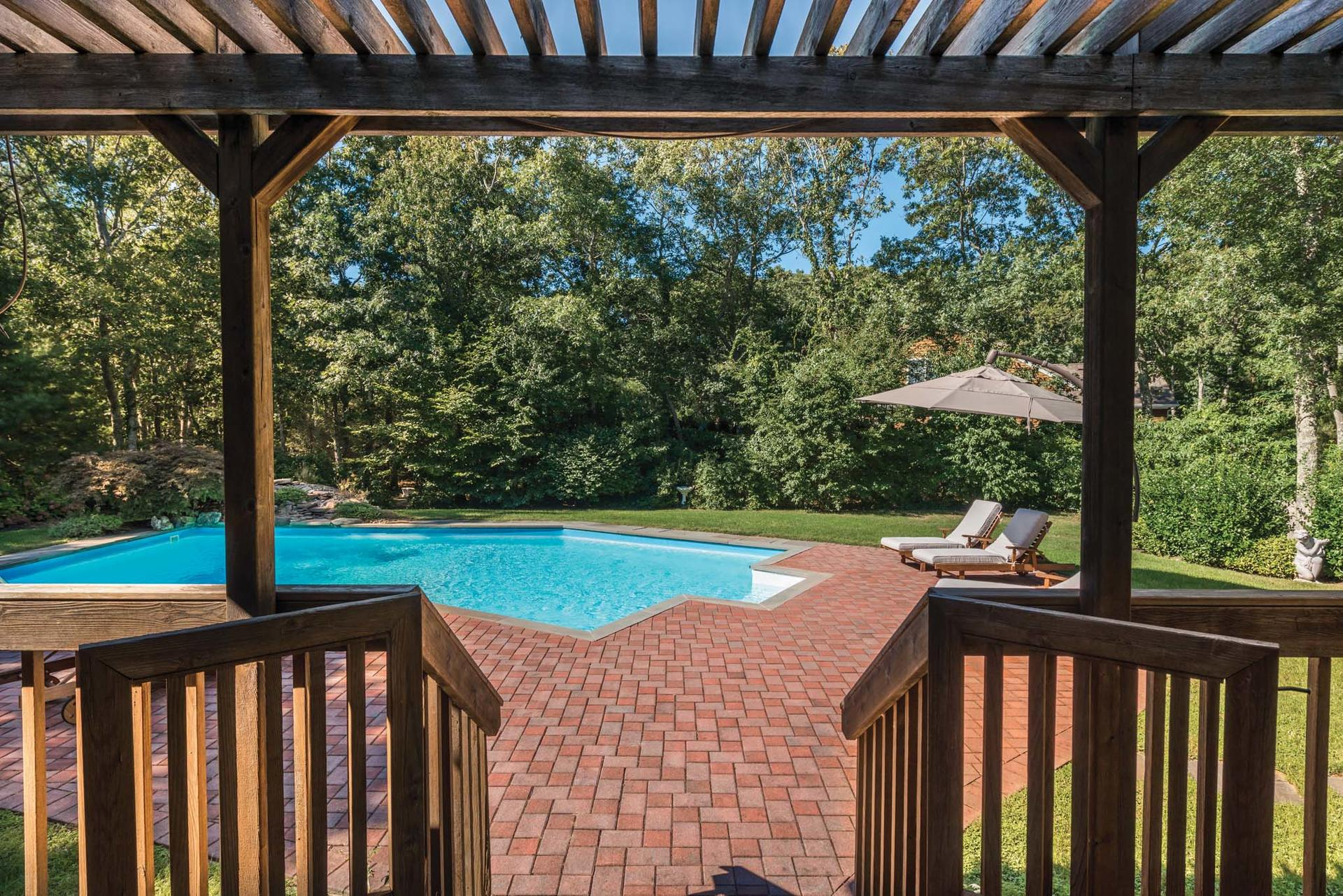 Additional photo for property listing at Pristine Southampton Traditional  Southampton, New York
