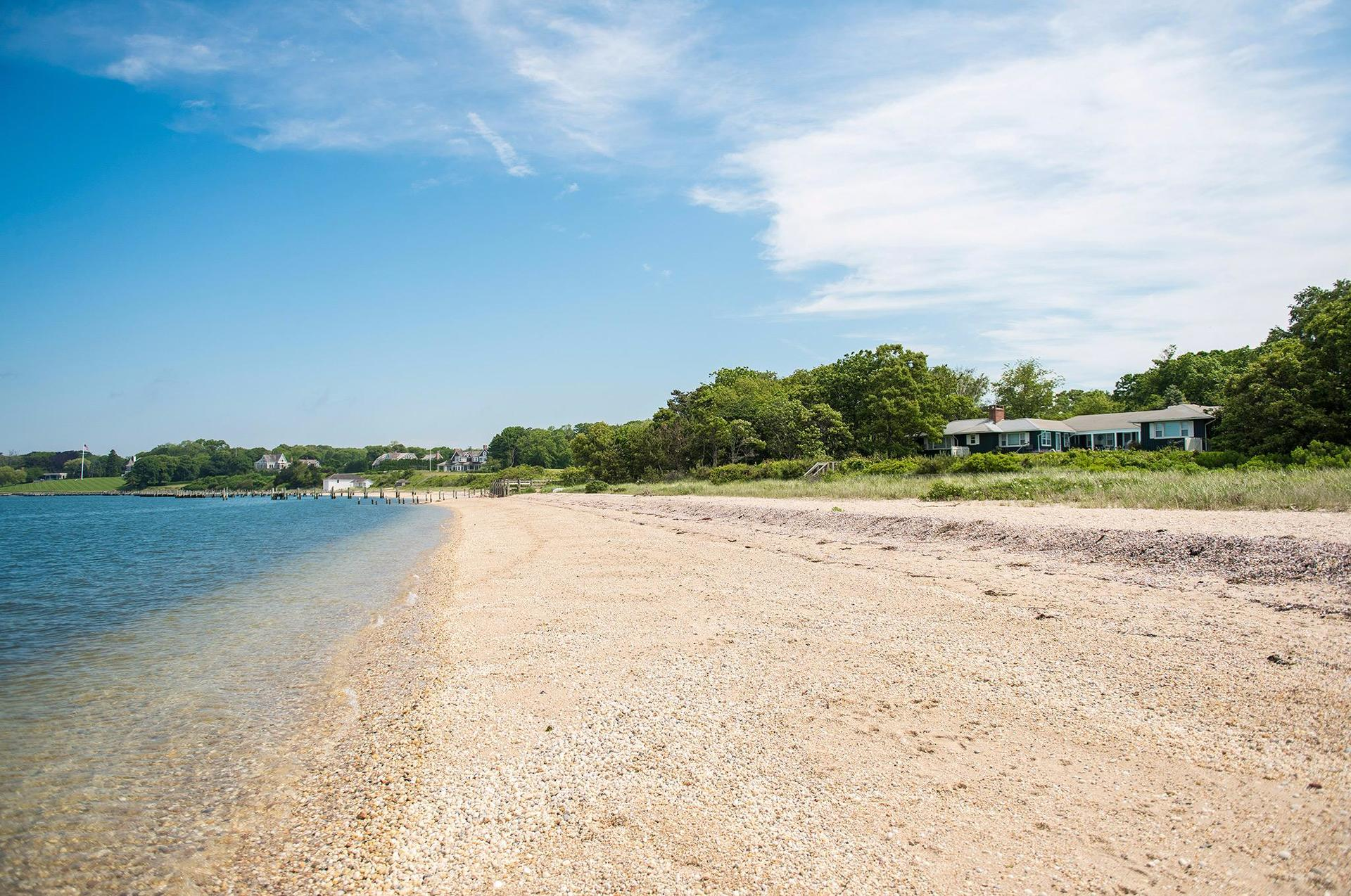 Additional photo for property listing at Fabulous Shelter Island Sandy Beach House With Pool  谢尔顿岛, 纽约州