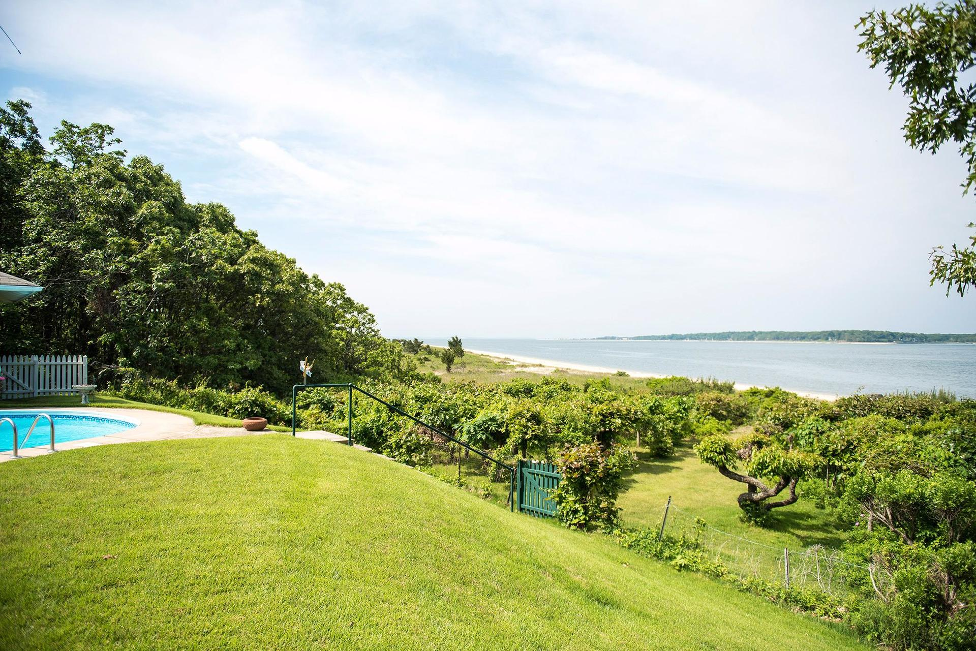 Additional photo for property listing at Fabulous Shelter Island Sandy Beach House With Pool  Shelter Island, Nueva York
