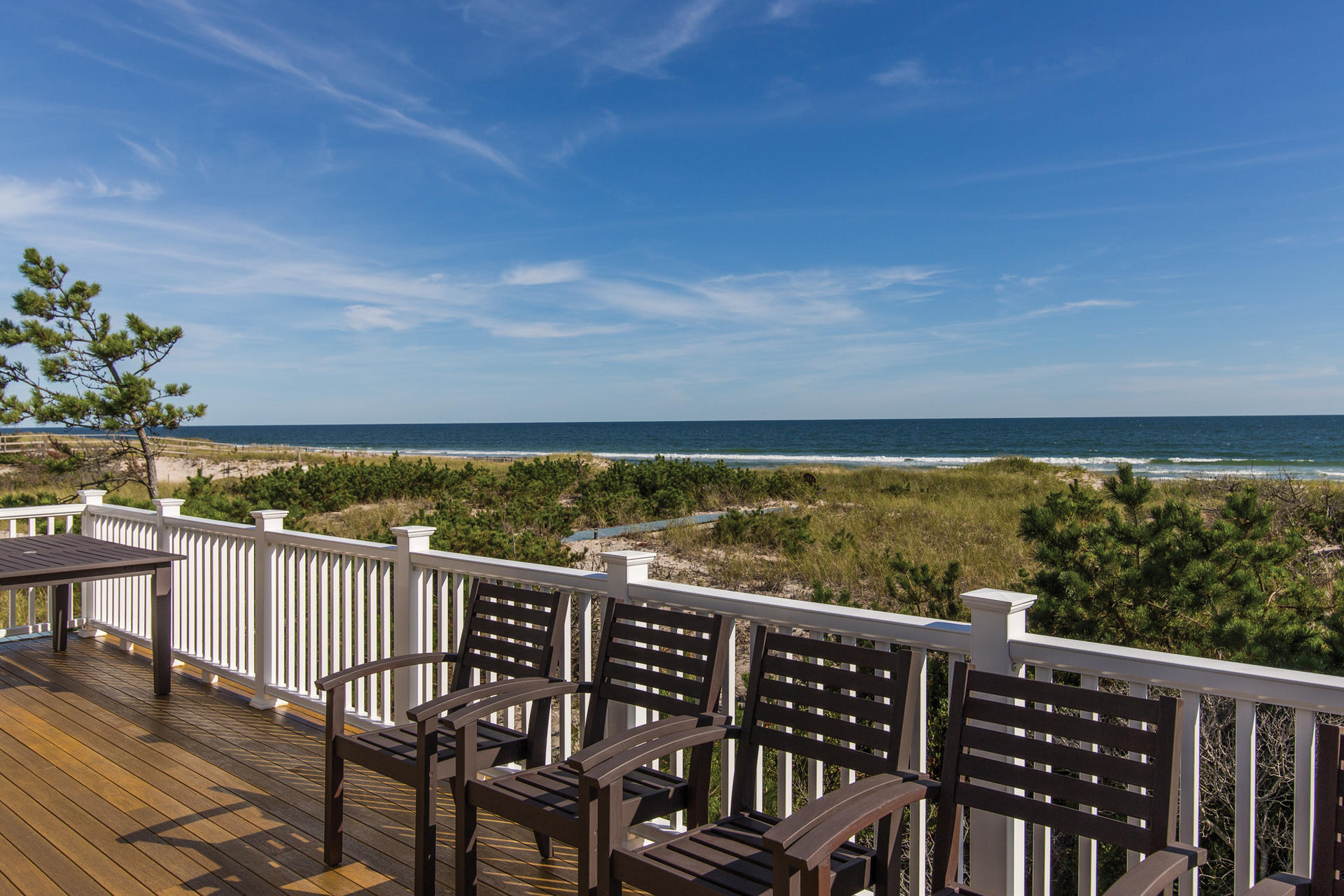 Casa Unifamiliar por un Alquiler en Gorgeous Oceanfront With Row To Bay Westhampton, Nueva York