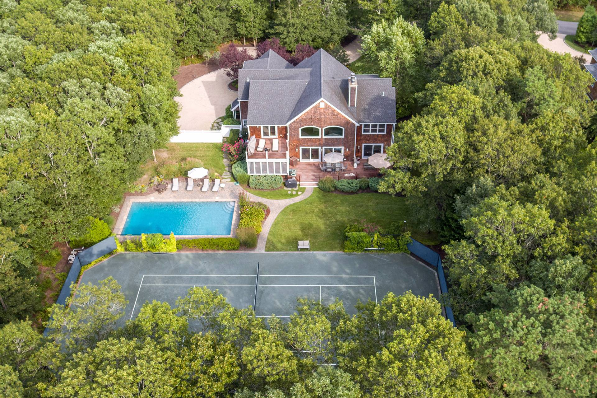 Casa Unifamiliar por un Venta en Quogue Village Beauty With Pool And Tennis On 1.2 Acres 37 Arbutus Road, Quogue, Nueva York